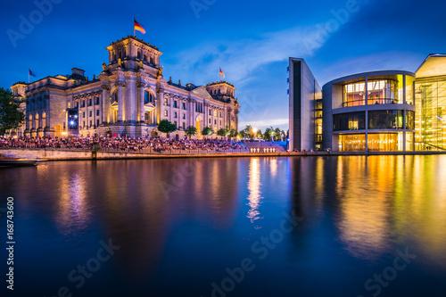 Zdjęcie XXL Dom Reichstagu i Paula Loebe'a w Berlinie wieczorem, Niemcy