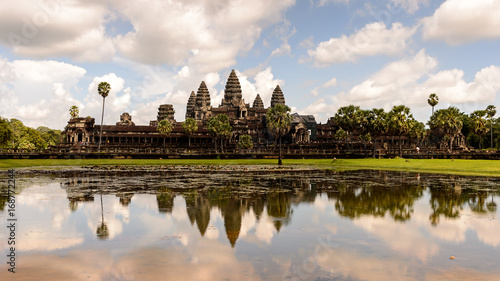 Foto  Angkor Wat (Temple City) and its reflection in the lake, a Buddhist, temple complex in Cambodia and the largest religious monument in the world