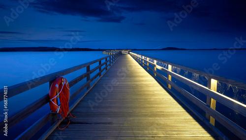 Photo  beleuchtete Seebrücke am Hafen