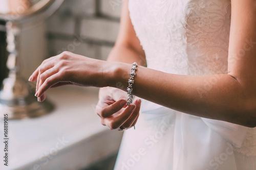 Pinturas sobre lienzo  Bride fastens a bracelet