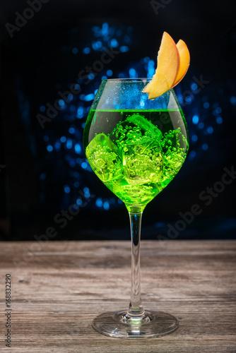 zielony-koktajl-musujacy-na-ciekawym-tle