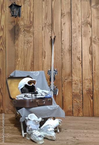 Keuken foto achterwand Wintersporten valise et équipement pour le ski sur terrasse bois