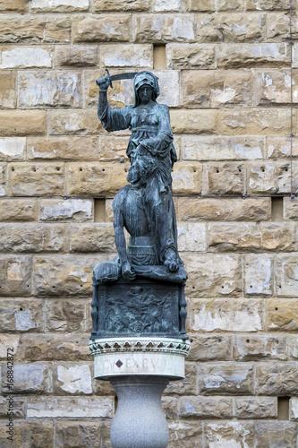 FIRENZE, ITALIA - LUGLIO 25, 2017: Piazza della Signoria (La scultura in bronzo фототапет