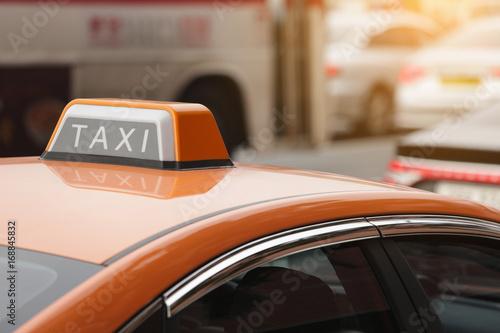 Zdjęcie XXL Postój taksówek na ulicy miasta.