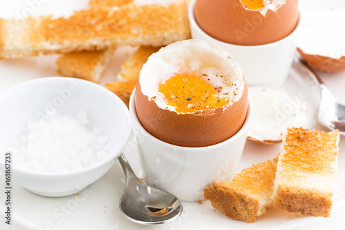 Plakat miękkie jajka na twardo i chrupiące tosty na śniadanie