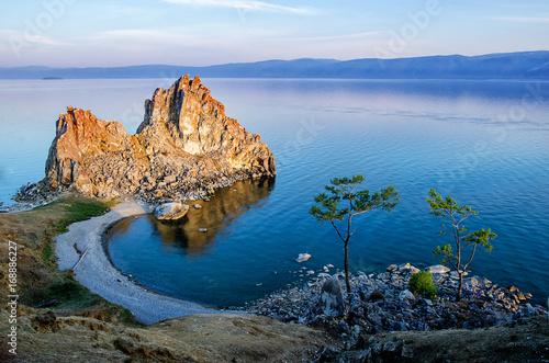 Photo Summer sunset over Rock of Shamanka Burhan on Olkhon Island in Lake Baikal, Russ