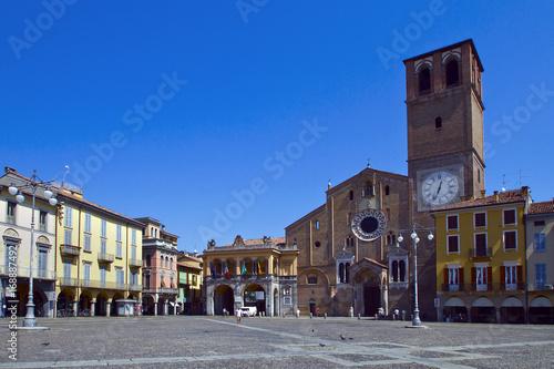 Photo Piazza della Vittoria Lodi con Duomo e Loggia del Broletto Italia Europa