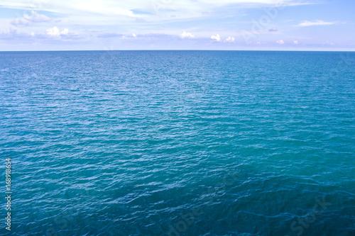 Poster Mer / Ocean Sea Surface Calm Of Horizon Sea Ocean And Blue Sky Background