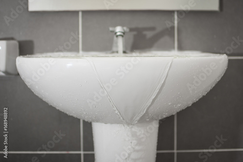 Fotografiet Overflowing water from the washbasin