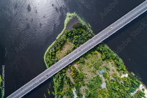 widok-z-lotu-ptaka-mostu-i-drogi-nad-rzeka-dniepr-nad-zielona-wyspa-na-srodku-rzeki-kijow-ukraina