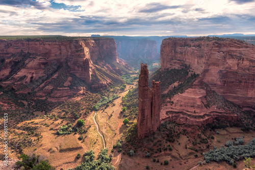 Photo Stands Canyon Spider Rock in Canyon de Chelly, Arizona.