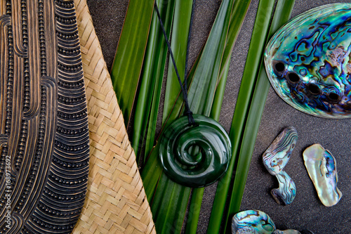 Foto auf AluDibond Neuseeland New Zealand - Maori themed objects - mere and greenstone pendant with flax leaves and abalone shells