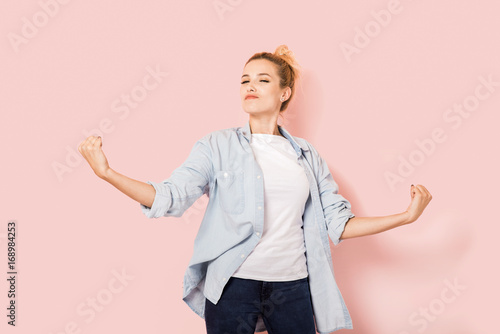 Young self-confident woman on a pink background Fototapet