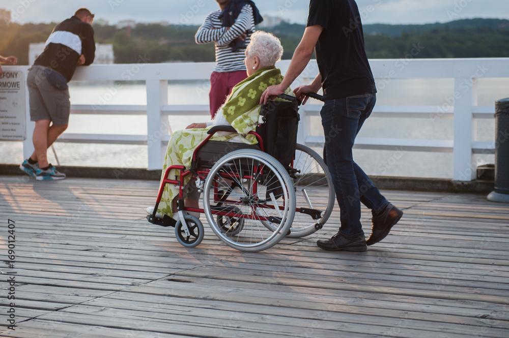 Fototapeta starsza kobieta na wózku inwalidzkim