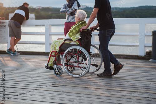 Fototapeta starsza kobieta na wózku inwalidzkim obraz