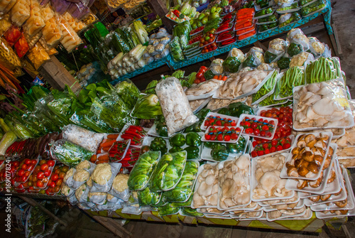 In de dag Asia land The traditional Asian market with food Malaysia Sale a variety of vegetables lying on the counter.