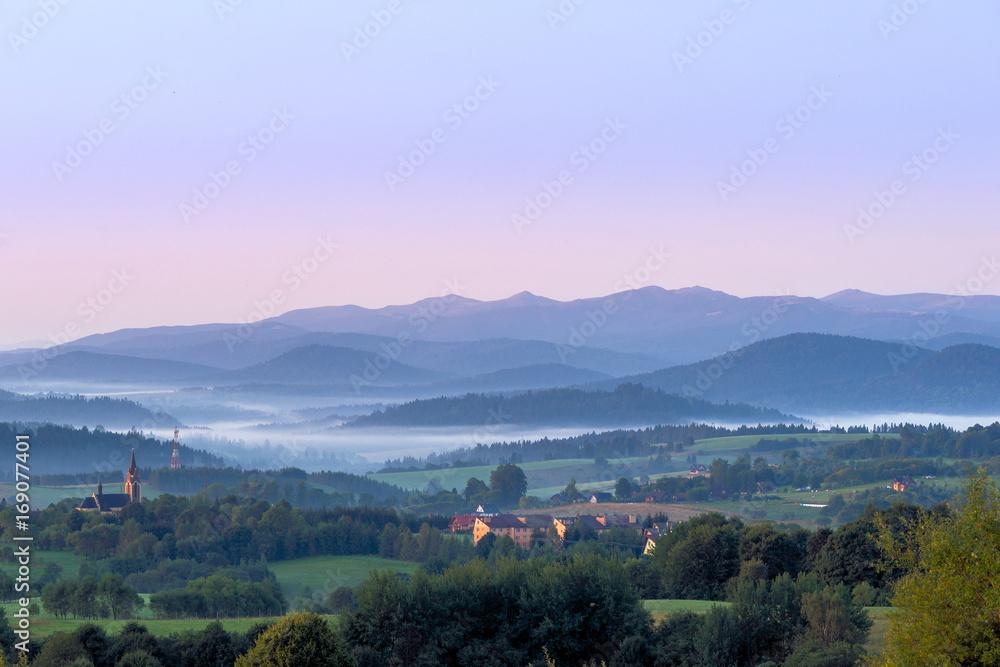 Fototapeta Lutowiska. Widok z tarasu widokowego na Bieszczady o świcie.
