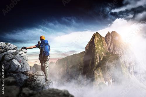 Photo Bergsteiger erreicht den Gipfel eines Berges. Panorama.