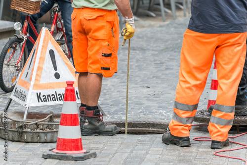 Foto op Plexiglas Kanaal Straßenarbeiter bei Kanalarbeiten