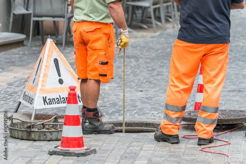 In de dag Kanaal Straßenarbeiter bei Kanalarbeiten