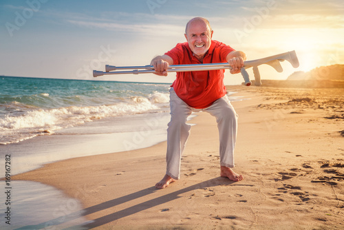 Fotografía  beschwerdefrei Senior macht Sport am strand