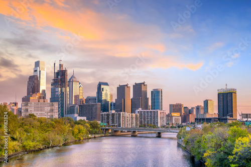 Fotografía Downtown Skyline of Philadelphia, Pennsylvania at sunset