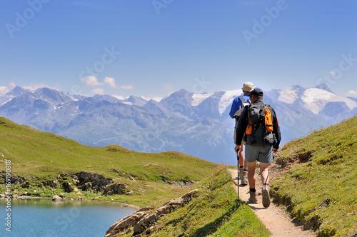 Fotografia  randonneurs sur sentier en montagne