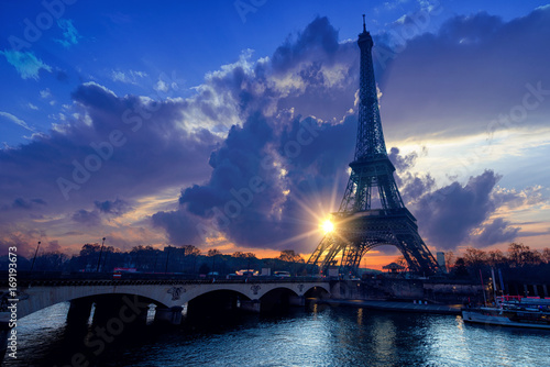 Spoed Foto op Canvas Parijs The Eiffel tower at sunrise in Paris