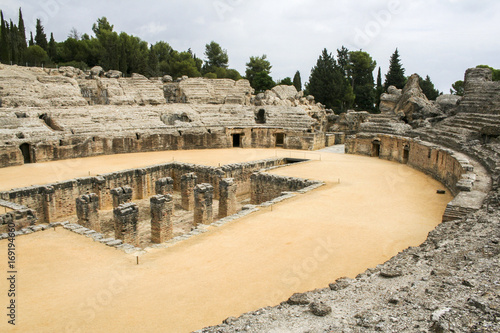 Photo  The ruins of the Roman amphitheatre at Italica, an ancient city in Andalusia, Spain