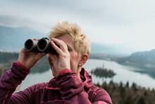 Frau Blickt Mit Fernglas Auf Den See Bled Und Die Alpen In Slowenien