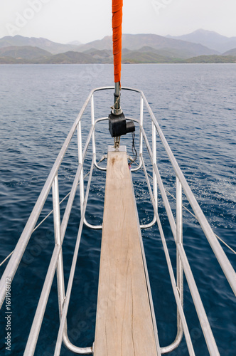 Foto  Steel cage around the prow board of a sailing ship.