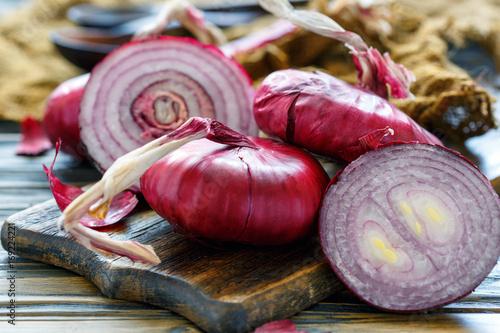 Cuadros en Lienzo  Sweet red onions on an old wooden board.