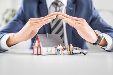 Koncepcja domu, samochodu i rodziny ubezpieczeniowej na żywo.
