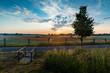 Kleiner Steg an einem Feld bei Sonnenaufgang