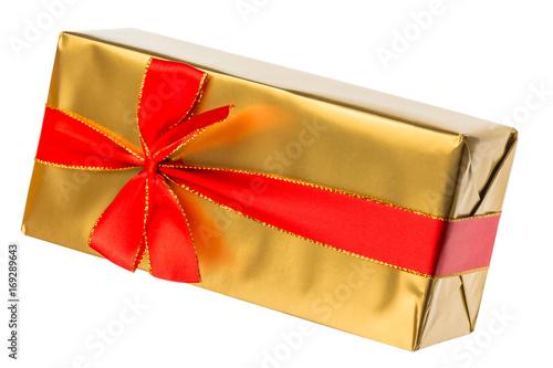 paquet cadeau doré avec ruban rouge, fond blanc