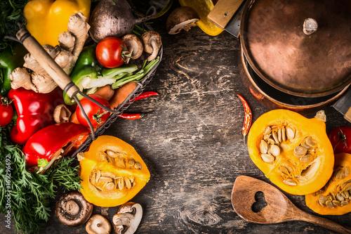 Fototapeta Jesieni bani naczynia kulinarny przygotowanie z kucharstwo garnkiem, warzywami i pieczarkami na nieociosanym drewnianym tle, odgórny widok, rama. Wegetariańskie zdrowe jedzenie i jedzenie koncepcja