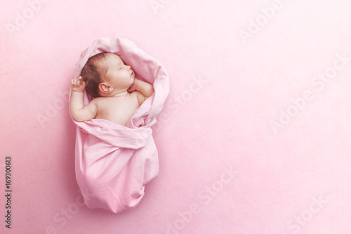 Fototapeta Newborn baby girl sleep on pink blanke obraz