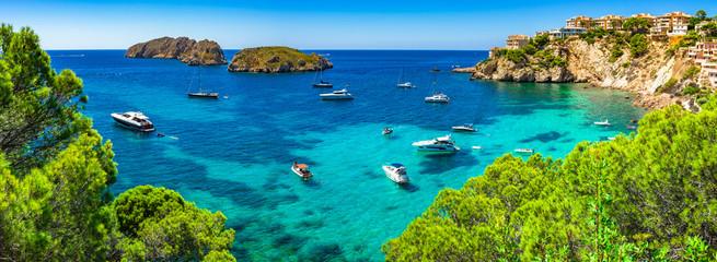 Hiszpania Majorka Morze Śródziemne Panorama Coast Bay z łodziami w Santa Ponsa