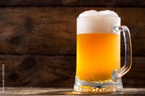 zimny-kufel-piwa-w-drewnianej-chatce