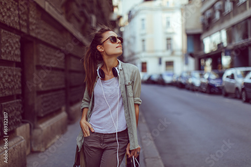 Fototapeta Young urban girl posing on sidewalk obraz