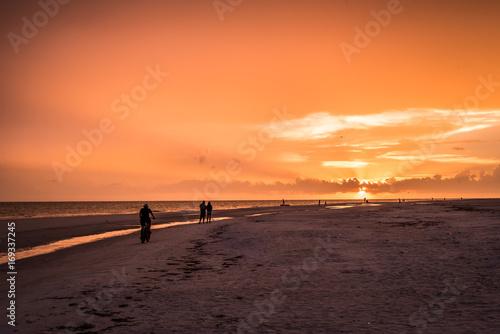 Papiers peints Orange eclat Sunset Walking down the beach
