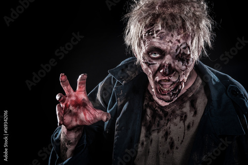 Photo  Bloody zombie man with brains out horror halloween sfxmakeup