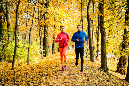 Papiers peints Jogging Friends jogging in autumn nature