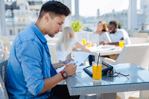 Photo Handsome student studying in cafe