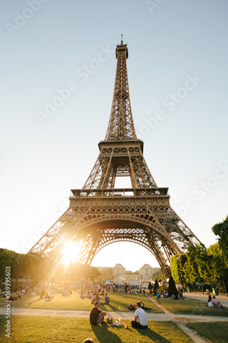 Obraz na dibondzie (fotoboard) Paryż, Francja - 19 czerwca 2017: Widok z wieży Eiffla, widok z Champ de Mars rano z błękitne niebo w tle