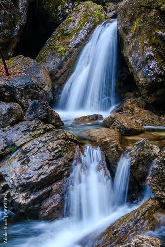 maly-wodospad-posrod-skal-plynacy-ljubljany-slowenia