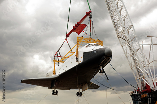 Staande foto Nasa A space shuttle on the crane getting retired