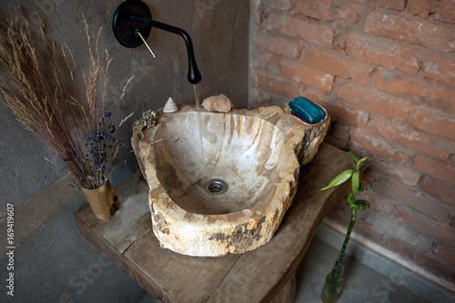 Plakat Instalacja z bieżącą wodą wpływającą do zlewu kamiennego