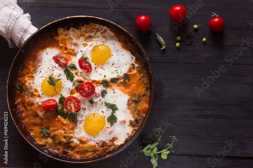Foto op Plexiglas Gebakken Eieren three fried eggs with сherry tomatoes