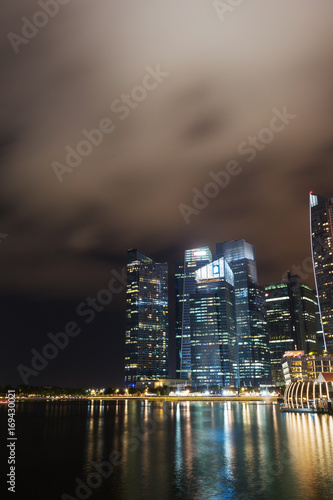 Photo  central business district building of Singapore city at night
